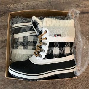 Gingham Global Snowboots size 6
